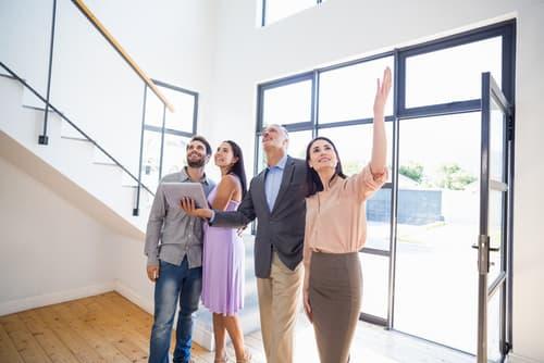 Besichtigung einer Immobilie mit vier Personen